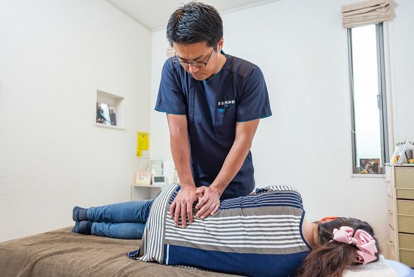 整体の治療は、院長が最初から最後まで施術をするのが、久留米のまる整体院のこだわり。腰痛、肩こり、首こり、ぎっくり腰、ヘルニア、脊椎狭窄症による痛みなど、おまかせください。10代から90代まで、幅広い年齢の方にご来院いただいてます。